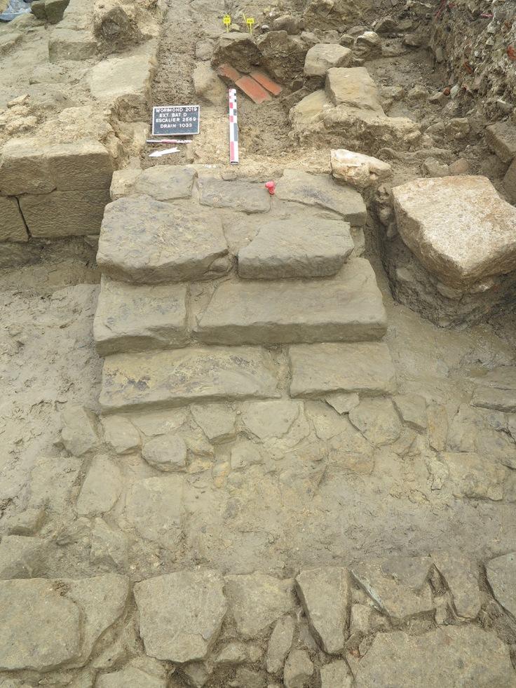 fig4escalier vue depuis l'ouestavec le drain longeant le mur pignon à l'arrièreplan